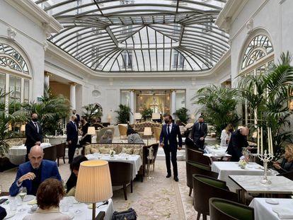 Salón central del hotel,  con las mesas del restaurante Palm Court en primer plano. J.C. CAPEL