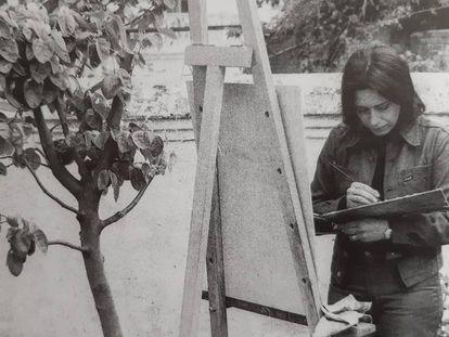 Una de las realistas, Isabel Quintanilla, pintando a la intemperie en una imagen sin datar.