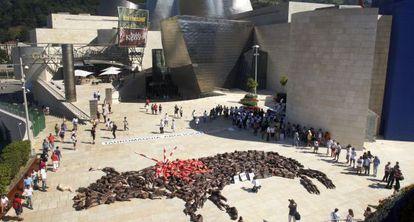 Antitaurinos protestan ante el Guggenheim de Bilbao, en 2010.