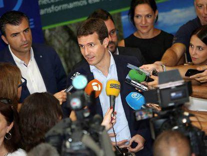 Pablo Casado atiende a los medios.