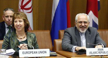 La jefa de la diplomacia europea, Catherine Ashton, junto al ministro iraní de Exteriores, Mohammad Javad Zarif, este martes en Viena.