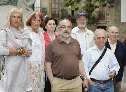 Familiares de represaliados por el franquismo incluidos en el censo de víctimas, ayer en Santiago.