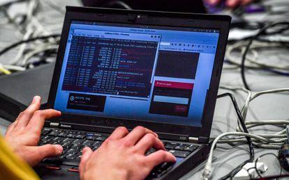 Un experto en ciberseguridad trabaja con el ordenador.