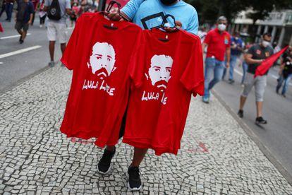 Camisetas con la imagen de Lula en una protesta contra Jair Bolsonaro, el pasado 19 de junio.