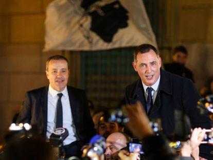 Los líderes de la lista Pè a Corsica, Gilles Simeoni (derecha) y Jean-Guy Talamoni, celebran con sus seguidores la victoria electoral.
