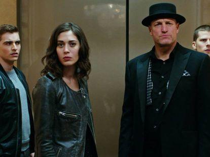 Dave Franco, Lizzy Caplan, Woody Harrelson y Jesse Eisenberg, en la película.