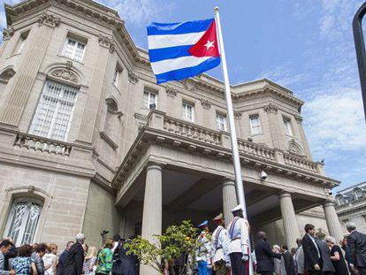 Izado de la bandera cubana en la embajada de EE UU