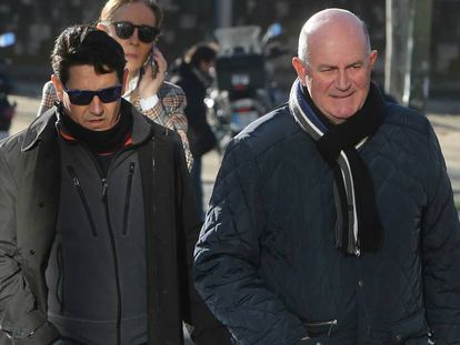 Los guardias civiles Antonio Coronado y Jose Oreja (con gafas de sol), a su llegada al juicio.