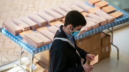 Un joven se dispone a votar en un centro cultural de Mirasierra, Madrid, en las elecciones autonómicas de mayo de 2021