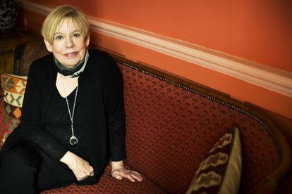 La escritora británica Karen Armstrong, en su domicilio en Londres.