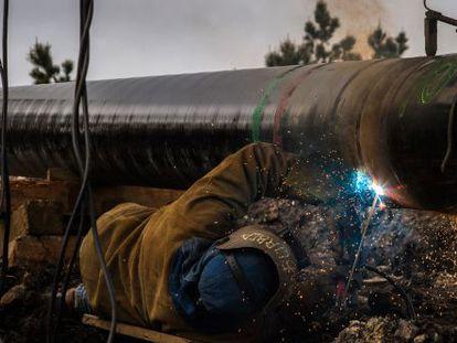 Un obrero trabaja en la construcción de un gasoducto de Gas Natural.