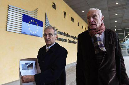 Antiguos funcionarios de la UE llevan a la Comisión las firmas pidiendo medidas contra Barroso.
