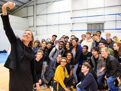 Tracey Crouch haciéndose un selfie en el lanzamiento del Servicio Nacional Ciudadano (NCS por sus siglas en inglés) en la Academia Harris, en Beckenham.