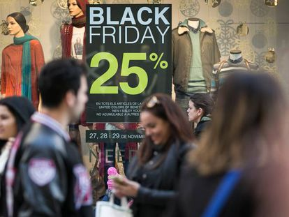 Compradores en las calles de Barcelona por el Black Friday, el año pasado.