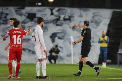 El árbitro señala penalti a favor del Sevilla contra el Madrid.