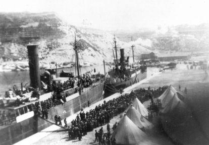 Refugiados españoles desembarcan en Orán en 1939.