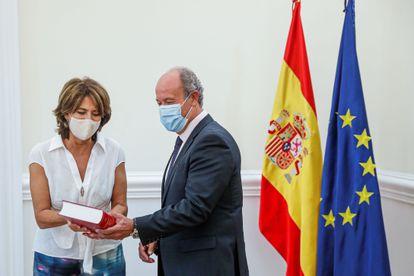 La fiscal general, Dolores Delgado, entrega la memoria anual de la Fiscalía al ministro de Justicia, Juan Carlos Campo, en septiembre de 2020.