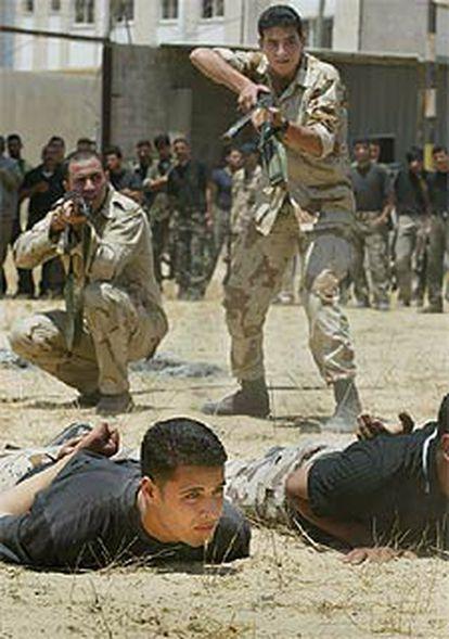 Miembros de las fuerzas de seguridad palestinas se entrenan, ayer, en Gaza.
