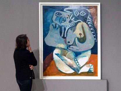 Una mujer observa una obra de Picasso en la exposición en el museo Mohamed VI de Rabat.