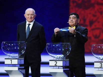 Diego Maradona enseña el nombre de España en el Sorteo del Mundial de Rusia.