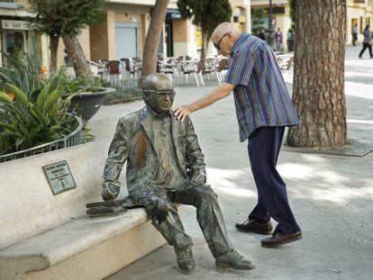 Estatua del poeta Vicent Andrés Estellés en su ciudad natal, Burjassot, recolocada tras haber sufrido otro ataque.