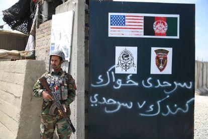 Un soldado del Ejército afgano ante una base militar que en el pasado utilizaban los soldados estadounidenses en Nangarhar, Afganistán.