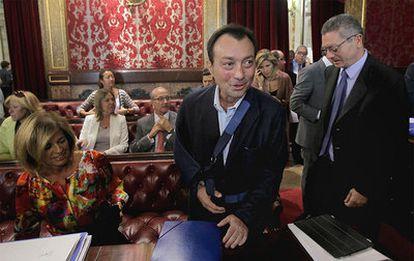 El vicealcalde Manuel Cobo ejerció ayer de portavoz del PP en el Pleno, en su primer acto tras el grave accidente de moto que sufrió el pasado 30 de agosto.