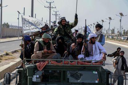 Milicianos talibanes celebran este miércoles en Kandahar la retirada de las tropas de Estados Unidos.