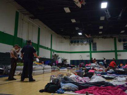 Algunos refugiados se quejan de problemas de salud. No hay medicinas ni servicio médico en este albergue en el centro de Miami