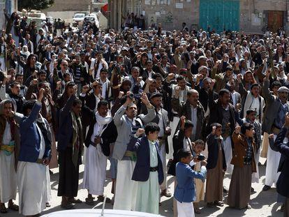 Simpatizantes Huthi piden el fin de la campaña militar saudí en Yemen, este viernes.