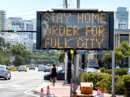 Una señal pide la permanencia en las casas en Miami Beach.