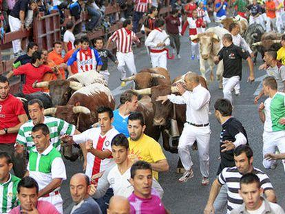 Los mozos participan en el cuarto encierro de las fiestas de San Sebastián de los Reyes en agosto de 2019.