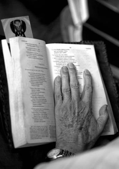 La mano de Casaldàliga sobre un misal