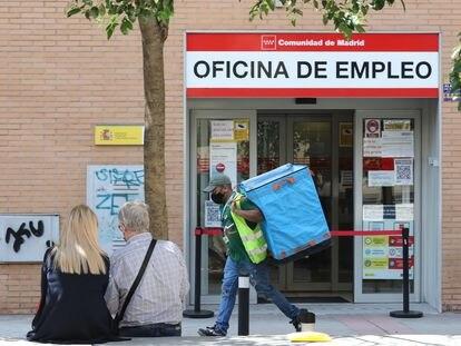Un repartidor frente a una oficina de empleo.