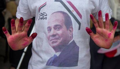 La imagen del presidente Abdelfatá al Sisi, en la camiseta de un partidario en un colegio electoral de El Cairo.