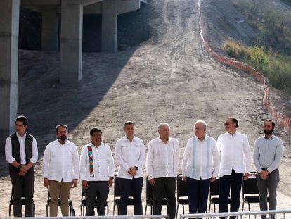 Andrés Manuel López Obrador encabeza la supervisión de las obras de una carretera en Oaxaca.