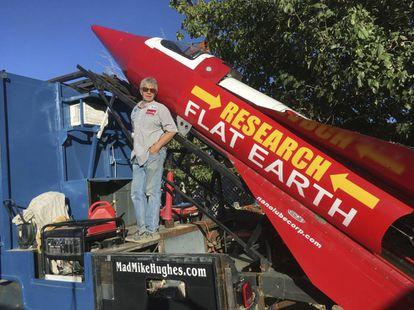 El californiano Mike Hughes con el cohete que construyó, este noviembre.