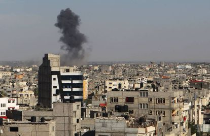 Humo en Rafah, en el sur de la franja de Gaza tras un ataque aéreo israelí