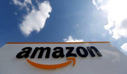 El logo de Amazon en un centro logístico de Francia.