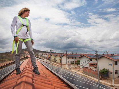 Lucineide Silva, que tiene una microempresa de manutención y limpieza de paneles solares.
