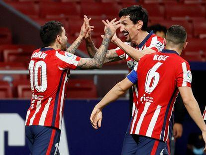 Correa celebra con Savic su gol al Valencia, que significó el tercero del Atlético (3-1) en el partido disputado el domingo en el Wanda Metropolitano. / Ballesteros (EFE).