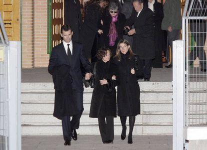 Don Felipe y doña Letizia con la madre de esta, Paloma Rocasolano, a la salida del funeral de Érika Ortiz.