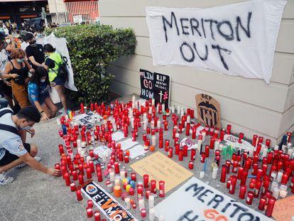 Seguidores valencianistas se manifiestan en la Plaza de la Afición, en los aledaños de Mestalla, contra el máximo accionista, Peter Lim