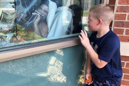 Un niño mira a su padre ingresado por covid en un hospital del Estado de Misuri, EE UU.