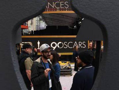 Trabajadores preparando la ceremonia de los Oscar en los alredores del Dolby Theatre (Los Ángeles)