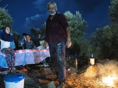 Noche al raso en los escombros de Moria (Lesbos), en imágenes