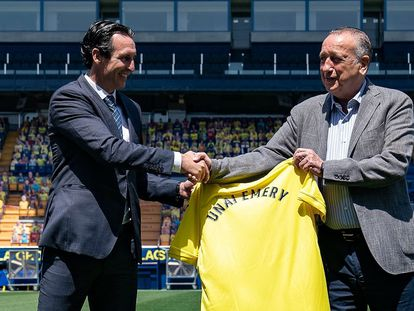 El nuevo entrenador del Villarreal, Unai Emery,  con el presidente, Fernando Roig, en el Estadio de La Cerámica.