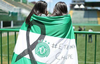 Aficionados rinden tributo al Chapecoense tras la tragedia.