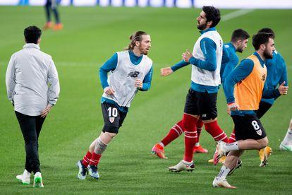 Los jugadores del Athletic calientan el pasado lunes antes de medirse con el Cádiz en el Ramón de Carranza.