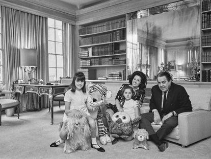 El productor Albert Broccoli (1909 - 1996) posa con su mujer Dana y sus hijas Tina (a la izquierda) y Barbara en su salón familiar en 1967.